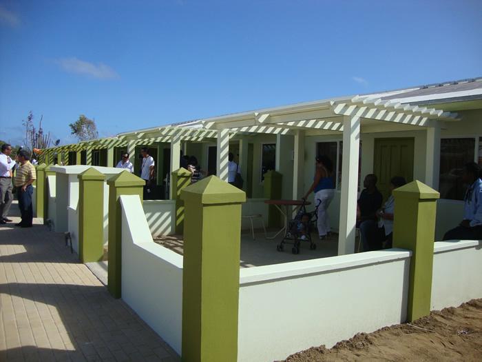 As casas passaram a ter muro e pérgola para proteger do sol