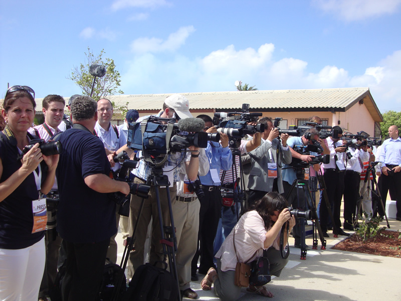 Jornalistas a postos para a chegada da Rainha