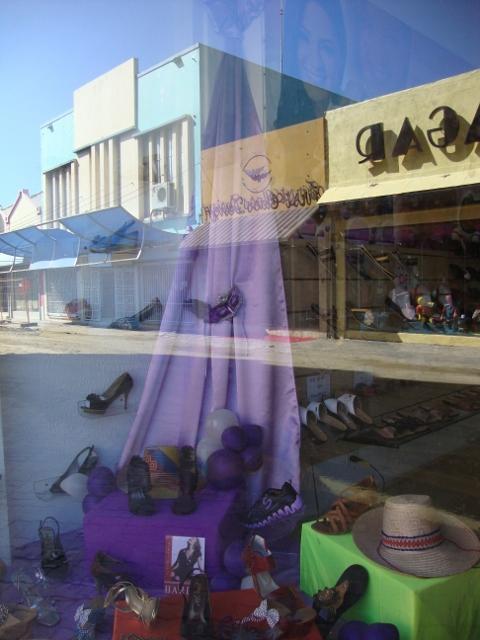 cores do carnaval numa vitrine
