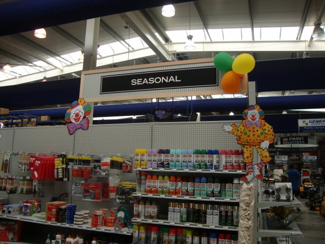 loja decorada com palhaço