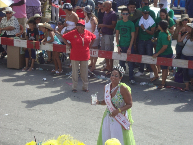senhora Aruba desfilando