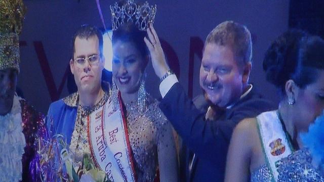 Ministro-presidente coroando a vencedora