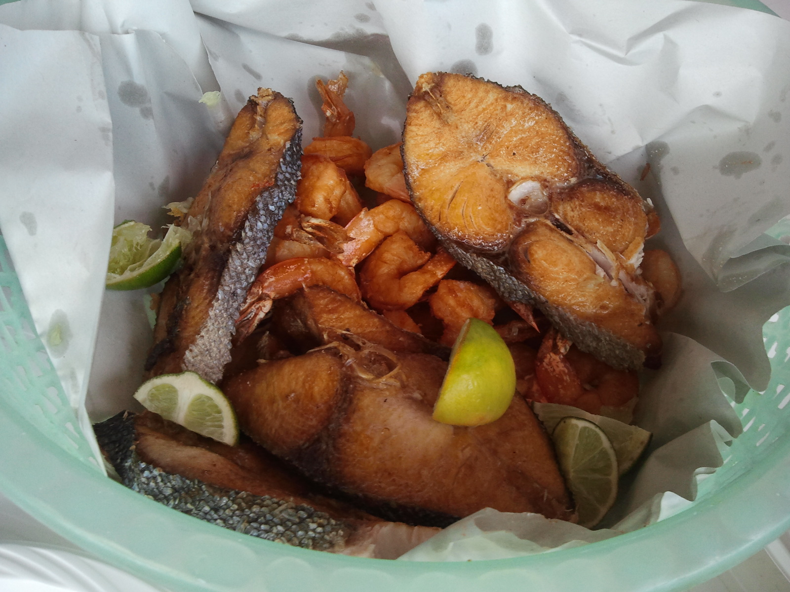 porção de peixe e camarão